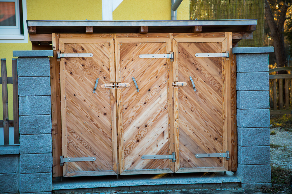 Afvalcontainers in houten box