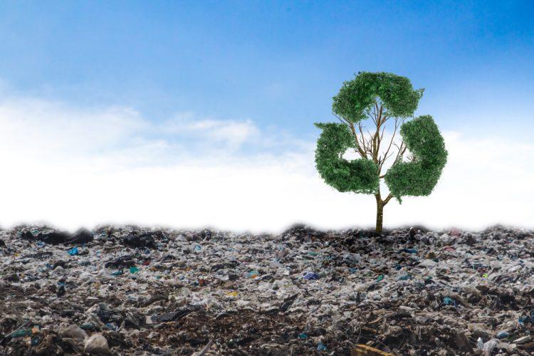 Afvalberg met recycling teken