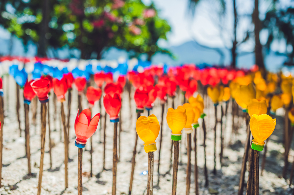 Bloemen van plastic afval